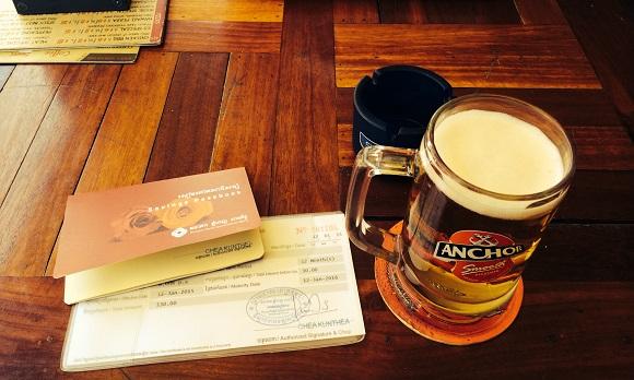 シェムリアップのパブストリートで昼間から0.5米ドルのビールを飲みながら